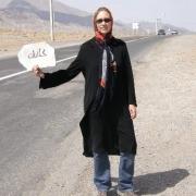 Nina hält ein Schild auf Weg nach Kashan, Roadtrip Iran