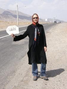 Nina hält ein Schild auf Weg nach Kashan