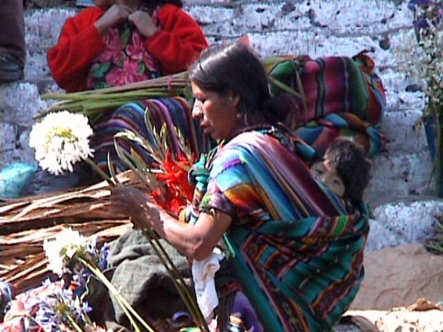 Mayafrau mit Kind auf Rücken