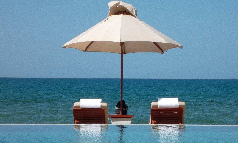 Beachchairs by the Sea, Read Wo bitte gehts hier um die Welt?