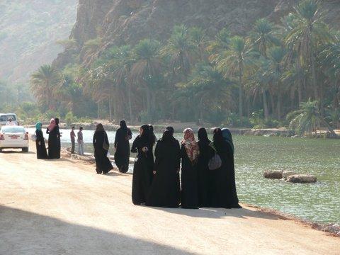 Frauen in Abaya, Zwischen Bikini und Abaya