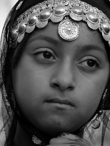Nachdenkliches Maedchen, Oman s/w
