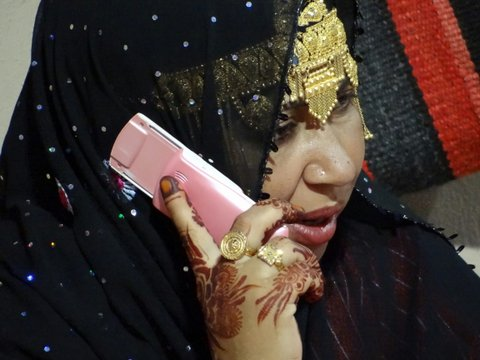 Handy an Ohr über Kopftuch Oman