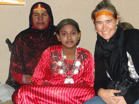 Blonde Frau mit Einheimischen Frauen Oman