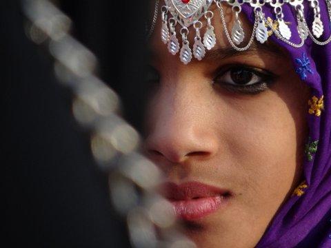 eine Gesichtshälfte von Mädchen Oman