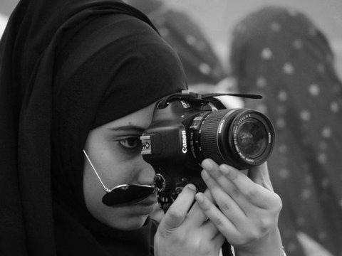 verschleierte Fotografin Oman s/w