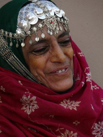 Ältere Frau mit Kopfschmuck Oman