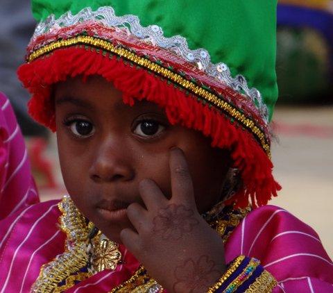 kleines dunkles Mädchen Oman