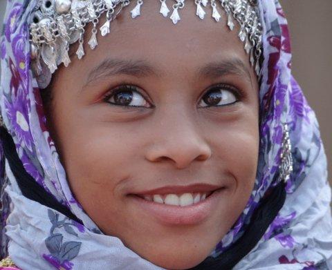 Mädchen in lila Kopftuch Oman