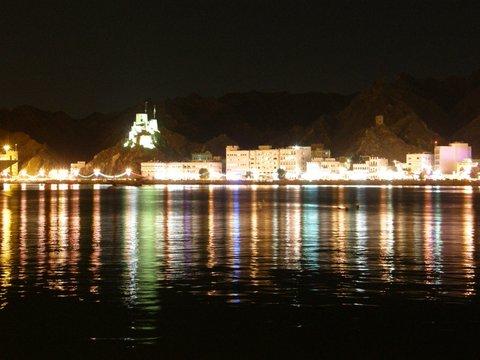 Matrah bei Nacht, Oman, Zwischen Bikini und Abaya