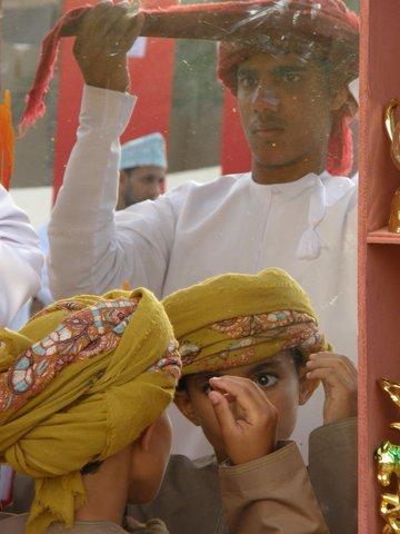 Turban wickeln vor Spiegel