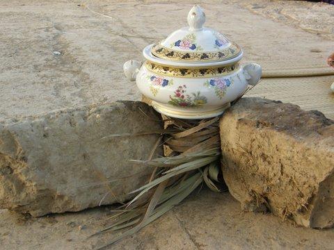 Teekanne auf Steinen