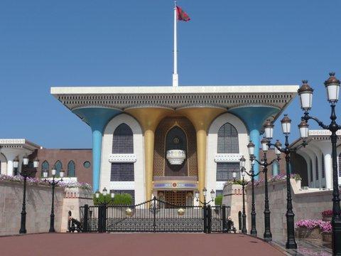 Sultanspalast, Maskat, Zwischen Bikini und Abaya