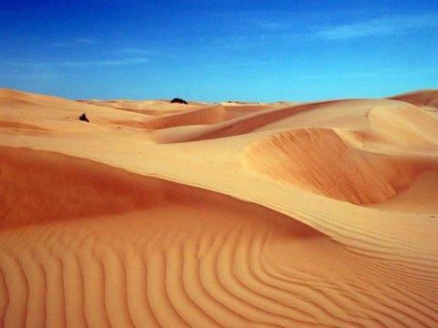 Dünenlandschaft, Oman, Zwischen Bikini und Abaya