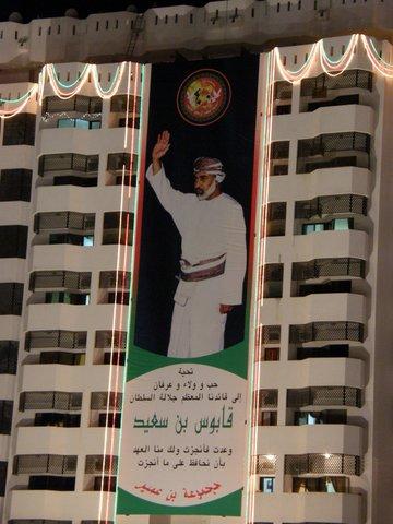 Sultanposter an Hausfassade, Oman, Zwischen Bikini und Abaya