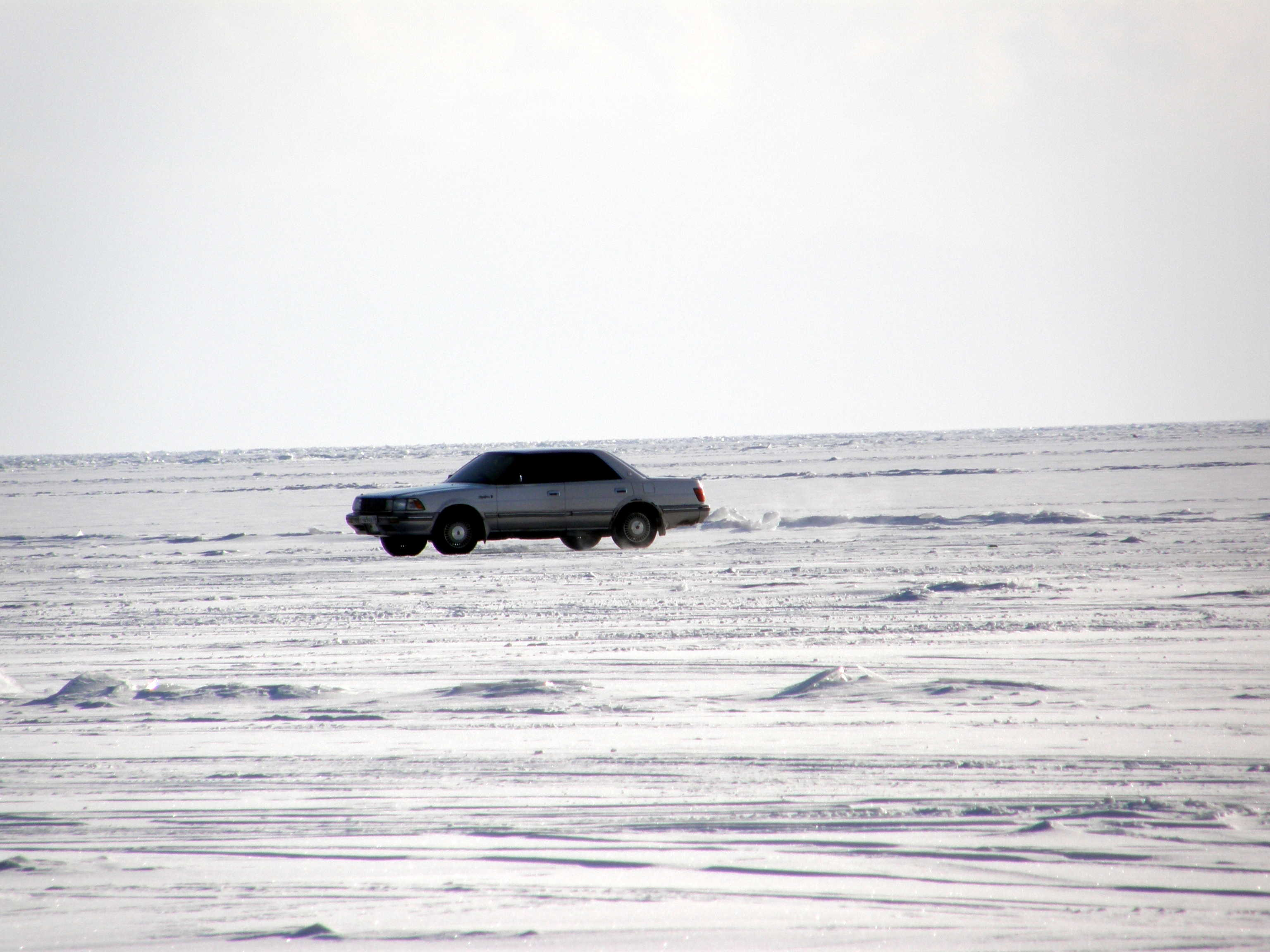 Auto auf gefrorenem Baikalsee