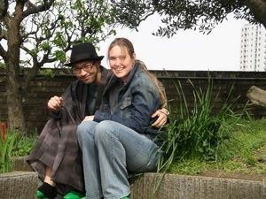 blonde Frau und Japaner sitzen zusammen